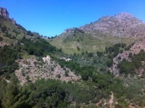 Foto del pueblo de La Calobra, desde la carretera que nos lleva al Puerto de La Calobra