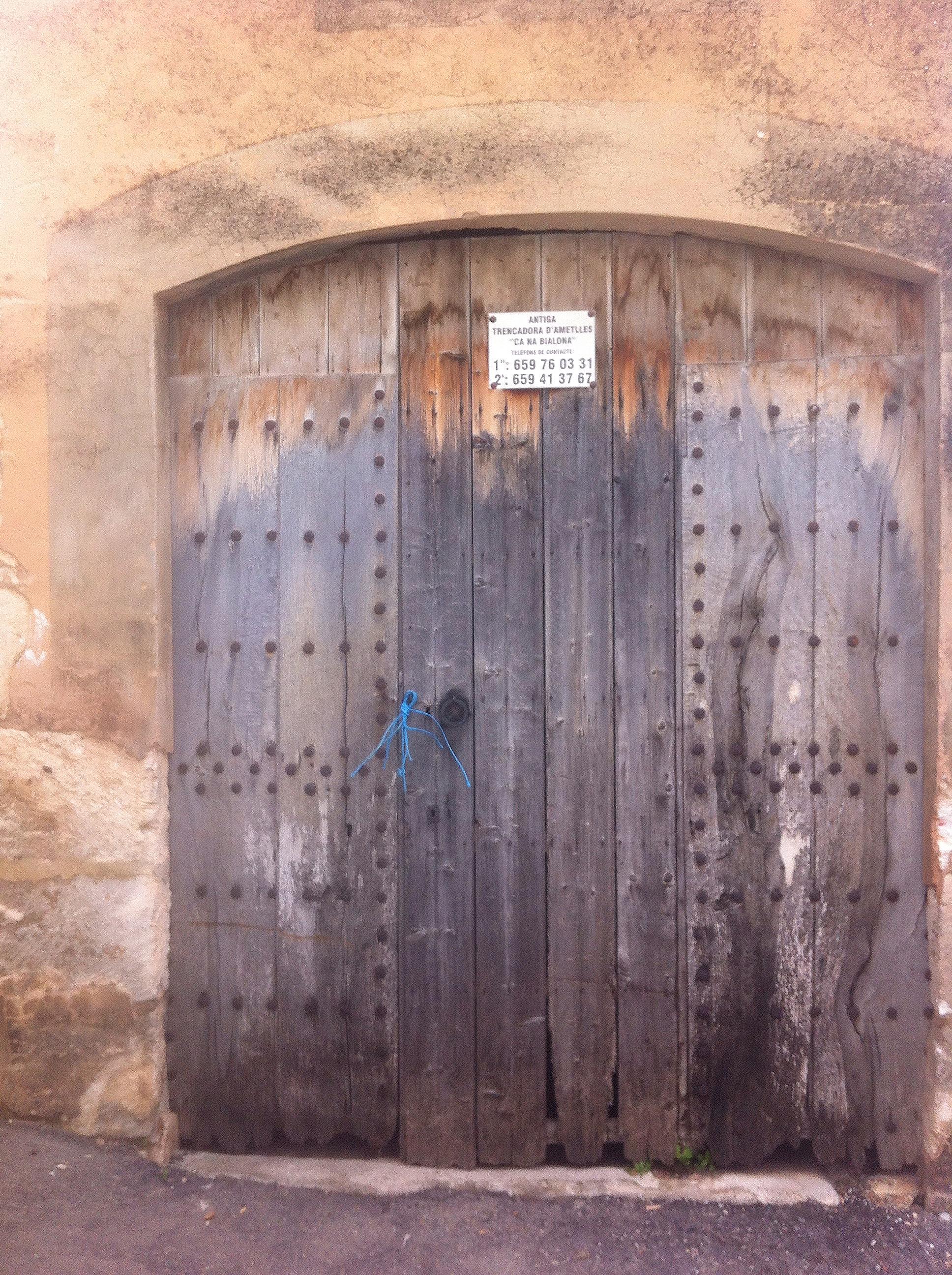 Post Thumbnail of Nuestro rincón secreto: una antigua maquina de romper almendras en Mallorca